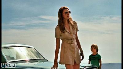 Video La Dame dans l'auto avec des lunettes et un fusil